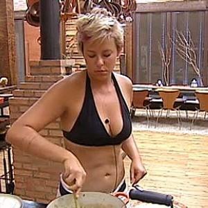 Luiza Gottschalk esquenta almoço dos peões (04/12/10)