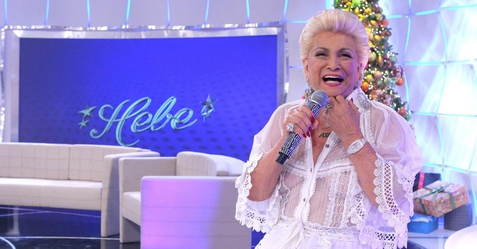 Hebe apresenta programa com blusa transparente