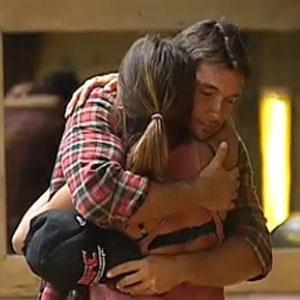 Lizzi Benites se despede de Daniel Bueno antes dele ir para a Casa da Roça (08/12/2010)