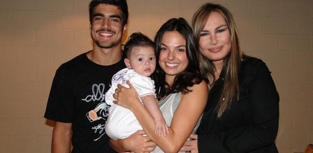 Os atores Caio Castro e Isis Valverde e a cantora Rosanah posam com o bebê do casal na trama (7/12/10)