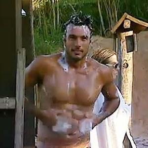 Daniel Bueno enfrenta seu primeiro banho na Roça (09/12/10)