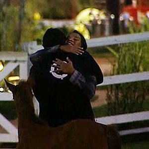 Lizzi abraça Daniel e espera que ele volte da Roça (09/12/10)