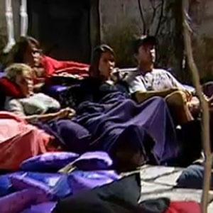 Peões assistem filme de terror na parte externa da fazenda (09/12/2010)