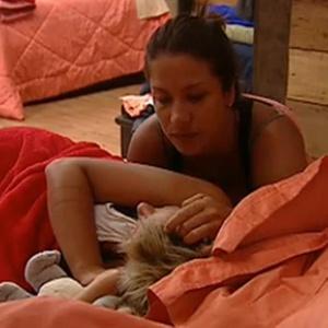 Lizzi Benites e Luiza Gottschalk conversam no quarto (10/12/10)