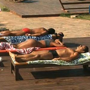 Peões relaxam na piscina (10/12/10)