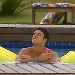 Daniel Bueno curte tarde na piscina (11/12/10)