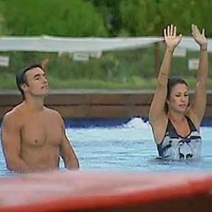 Daniel Bueno e Lizzi Benites comemoram virada de tempo dentro da piscina (11/12/10)