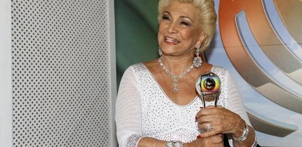 """Hebe Camargo recebe o troféu Mario Lago em gravação para o """"Domingão do Faustão"""""""