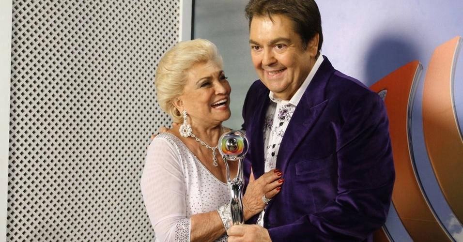 Hebe Camargo recebe o trófeu Mário Lago, uma homenagem da Globo, no programa do Faustão (11/12/2010)