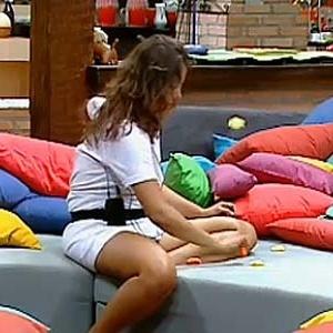 Ana Carolina Dias brinca com os saquinhos costurados por Lizzi (12/12/10)