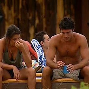 Lizzi Benites e Daniel Bueno conversam à beira da piscina (12/12/10)