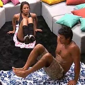 Lizzi e Daniel fazem exercícios no chão da sala (12/12/10)