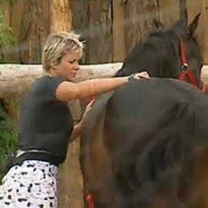 Luiza Gottschalk ajuda Sergio Abreu a escovar os cavalos (13/12/10)