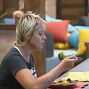 Luiza Gottschalk almoça sozinha nesta segunda-feira (13/12/10)