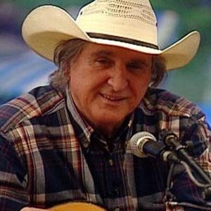 O cantor sertanejo Sergio Reis canta seus maiores sucessos para os peões (13/12/2010)