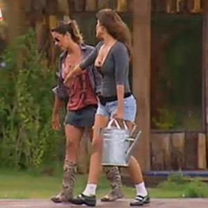 Ana Carolina ajuda Lizzi a carregar os regadores (13/12/10)