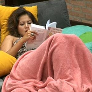 Ana Carolina Dias lê um livro durante a madrugada desta terça-feira (14/12/2010)