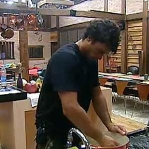 Daniel lava louça após almoço (14/12/10)