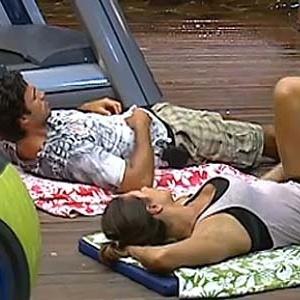 Daniel Bueno e Lizzi Benites conversam durante sessão de abdominal (16/12/10)