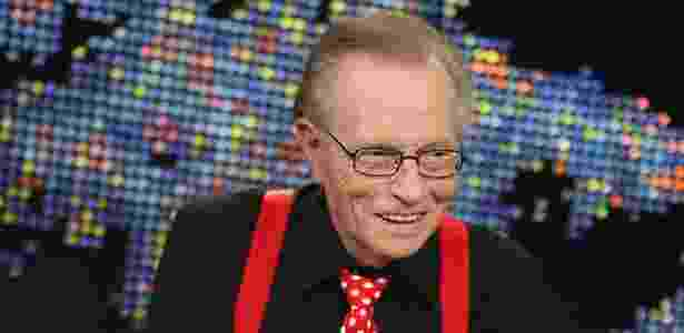 """O apresentador Larry King sorri durante a última transmissão de seu programa """"Larry King Live"""" na CNN, em Los Angeles, nos Estados Unidos (16/12/2010) - Mathieu Young/Reuters"""