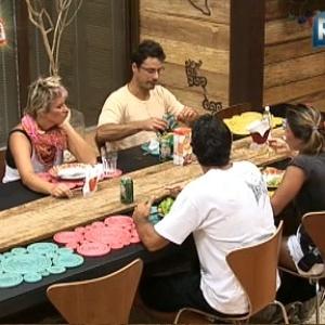 Peões almoçam na tarde desta sexta-feira (17/12/10)