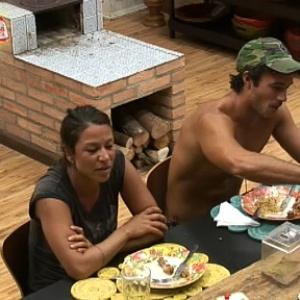 Daniel Bueno e Lizzi benites conversam durante o almoço (18/12/10)