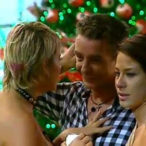 Luiza conta para Carrasco e Lizzi que roubou de Dudu a última cerveja da festa (18/12/2010)