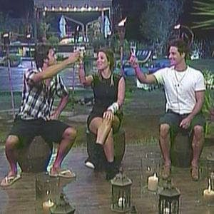 Daniel, Lizzi e Sergio Abreu brindam passagem para a final de A Fazenda 3