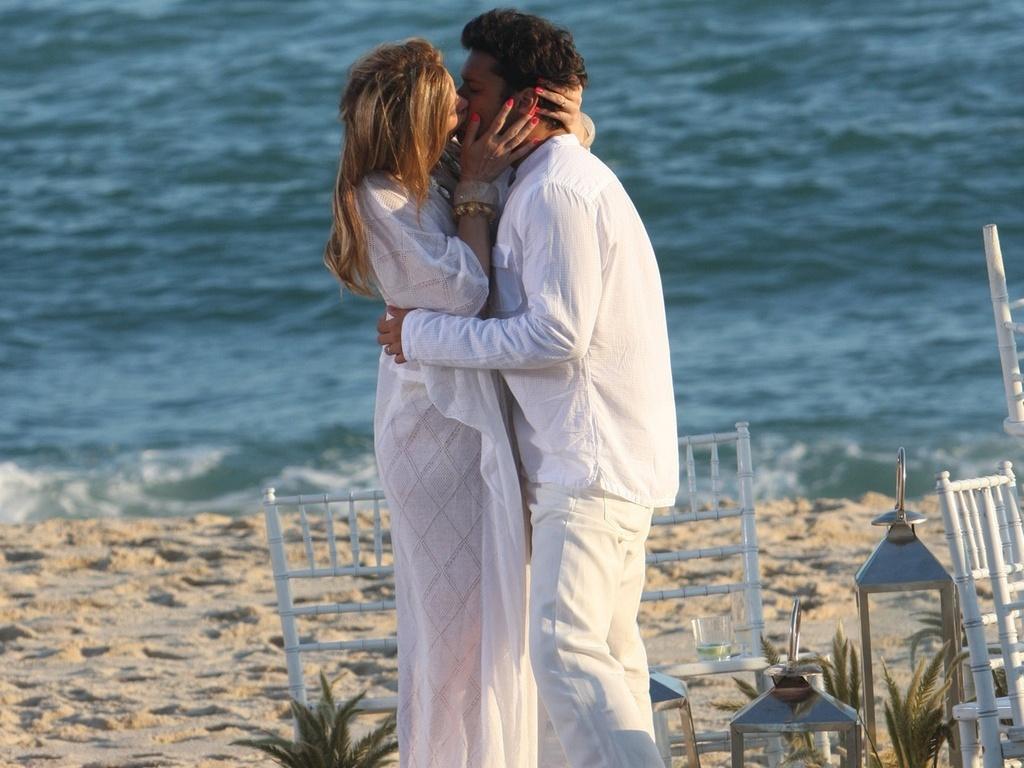 Cláudia Raia e Armando Babaioff trocam beijos em gravação de