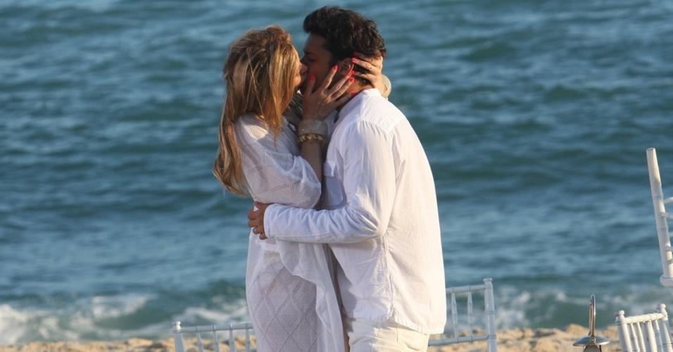 """Cláudia Raia e Armando Babaioff trocam beijos em gravação de """"Ti-Ti-Ti"""" em uma praia do Rio de Janeiro (20/12/10)"""