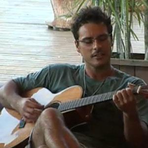 Sérgio Abreu toca violão na varanda da sede (21/12/10)