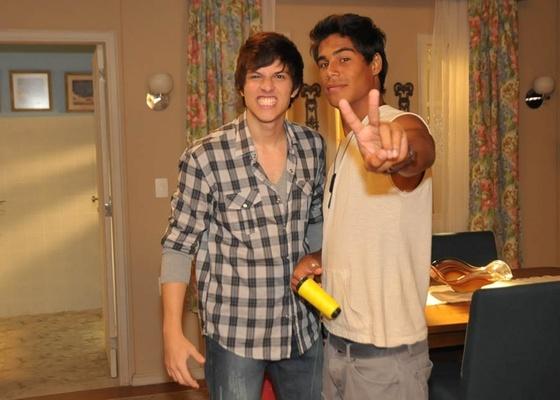 Chay Suede e Micael Borges gravam Rebelde no Recnov, na zona oeste do Rio (29/12/2010)