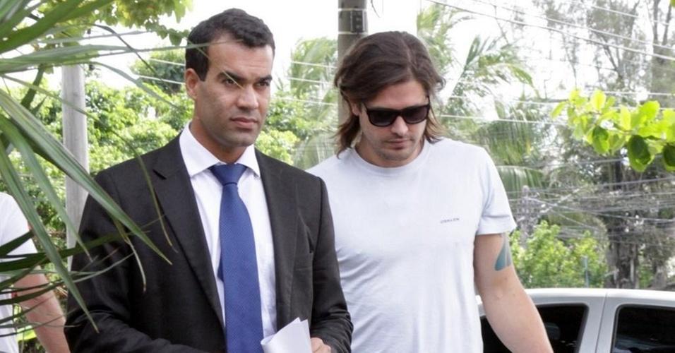 Michel Assef Filho acompanha Dado Dolabella até a delegacia da Barra (12/1/11)