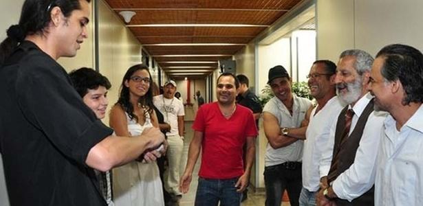 Zezé Di Camargo e Luciano fazem mágica no estúdio de