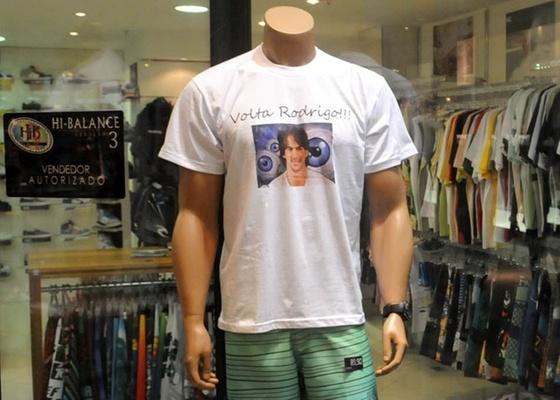 Loja coloca na vitrine uma camisa com o rosto de Rodrigo (3/2/11)