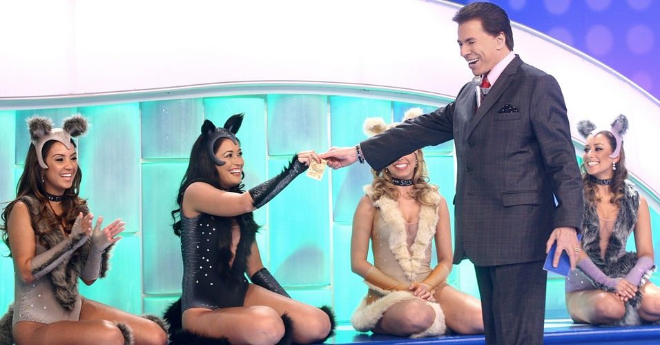 """Silvio Santos com as bailarinas usando figurino especialmente criado por Paulo Federico --que também cuida do visual do apresentador. Roupas inspiradas no espetáculo """"Cats"""""""