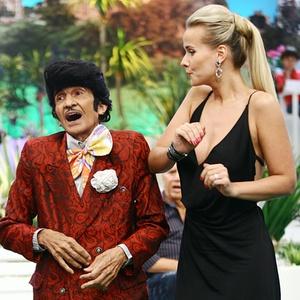 """Jorge Loredo e Lola Melnick durante gravação de """"A Praça É Nossa"""" do SBT (2011)"""