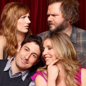 Judy Greer (à esq.), Tyle Labine, Jason Biggs e Sarah Chalke, no sentido horário, formam o elenco principal da série Mad Love