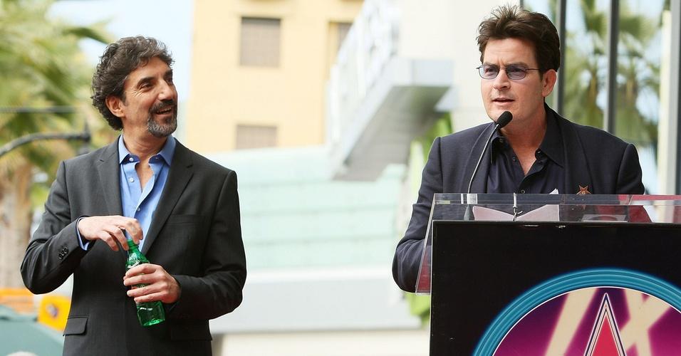Charlie Sheen discursa na cerimônia de entrega da estrela na Calçada da Fama de Hollywood ao produtor Chuck Lorre (esq.), em Hollywood (12/3/2009)