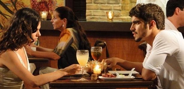 Isis Valverde e Caio Castro em cena de