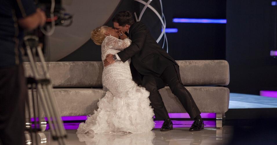"""Hebe Camargo ganha """"beijão"""" técnico do ator Daniel Boaventura que participou da gravação de seu programa de estreia na RedeTV! (1/3/2011)"""