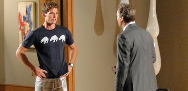 Os atores Jonatas Faro e Herson Capri em cena de