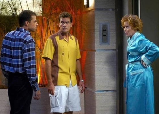 John Cryer (à esq.), Charlie Sheen e Holland Taylor (à dir.) em cena de