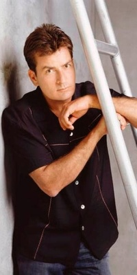 O ator Charlie Sheen em foto de divulgação da série