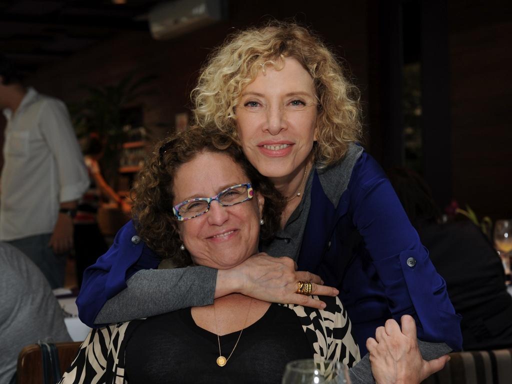 A apresentadora Marília Gabriela abraça Letícia Muhana, apresentadora do GNT, na manhã desta terça-feira, durante coletiva para lançamento da nova grade de programação do canal (15/3/2011)