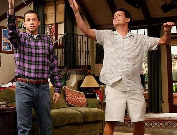 John Cryer e Charlie Sheen em cena de