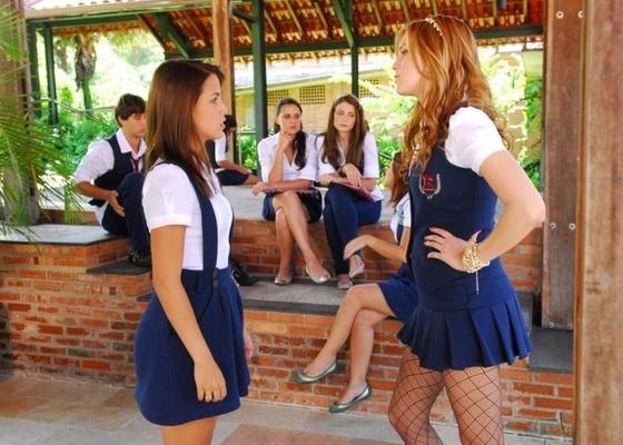 Pérola Faria (à esq.) e Sophia Abrahão em cena de Rebelde da Record (5/4/2011)