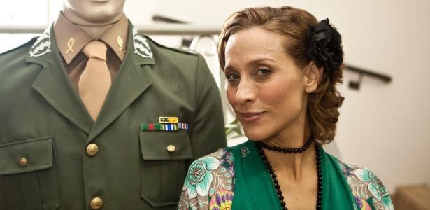 A atriz Gabriela Alves posa ao lado de um boneco vestido de militar, no Centro Maria Antonio, durante lançamento da novela Amor e Revolução, do SBT, que tem como tema a ditadura militar (23/3/11)