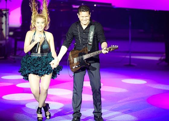 Joelma e Chimbinha da banda Calypso se apresentam durante o lançamento da grade de programação da Globo, e cantam a música Entre Tapas e Beijos, tema do seriado Tapas & Beijos (29/3/2011)