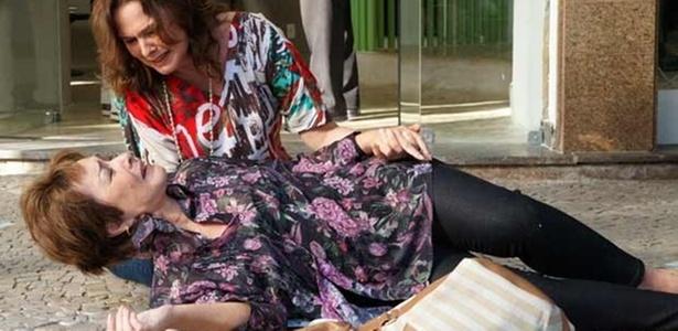 Carmem (Nívea Maria) é amparada por Sueli (Louise Cardoso); morte da personagem ocasionará outro assassinato no capítulo desta terça-feira